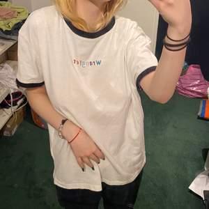 Superfin vit tshirt från Wrangler i bra skick! Måste tyvärr sälja pga brist på pengar. En liten större S. All info om frakt står i profilen🦋🦋
