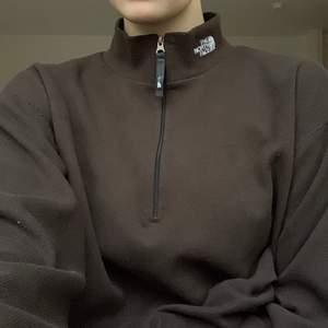 LÄS detta innan ni skriver tack! Brun tröja från The North Face(äkta) i fleeceliknande material. Köpt secondhand, i toppenskick! Budgivning i kommentarerna, höjning med minst 10kr. BUDSTOPP söndag 27/12 21.00. +63kr frakt
