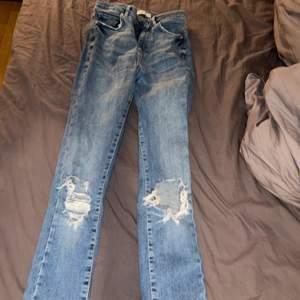 Håliga jeans från Gina! Använda men i mycket bra skick! Sitter jätte snyggt på. Frakt tillkommer