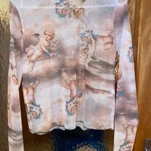 Långärmad tröja med änglar, använd 1-2 gånger. Finns katt i hemmet. Pris inkl frakt 🌸