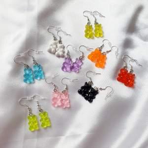 Handgjorda söta gummibjörnsörhängen. 29 kr st. Frakt tillkommer på 12 kr. Örhängeskrokarna är nickelfria!. Finns i dom färgerna som visas på bilden🌈