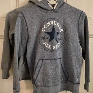 2 styken converse hoodies storlek 140-152. Den första hoodien är av färgen gråblå och den andra är grå och dom är i bra skick. 200kr för båda + frakt