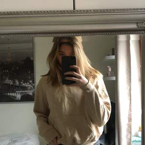 Säljer min beiga hoodie med detalj av en kvinna på. Alldeles för liten på mig som är 176cm💕