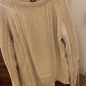 kabelstickad tröja/kofta från HM använder den som lite  oversize klänning/tröja.