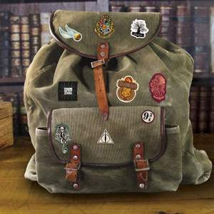 (Första bilden är inte min) Harry Potter tygmärken som man kan sätta på kläder, väskor och andra tygsaker! Det finns 14 i paketet och en instruktion kommer också med. Köpt på sf bokhandeln. Möts helst någonstans i Stockholm. 💕🧙🏽♀️