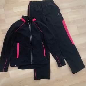 Säljer en dress träningskläder som matchar varandra för 120 kr. Storleken är S.