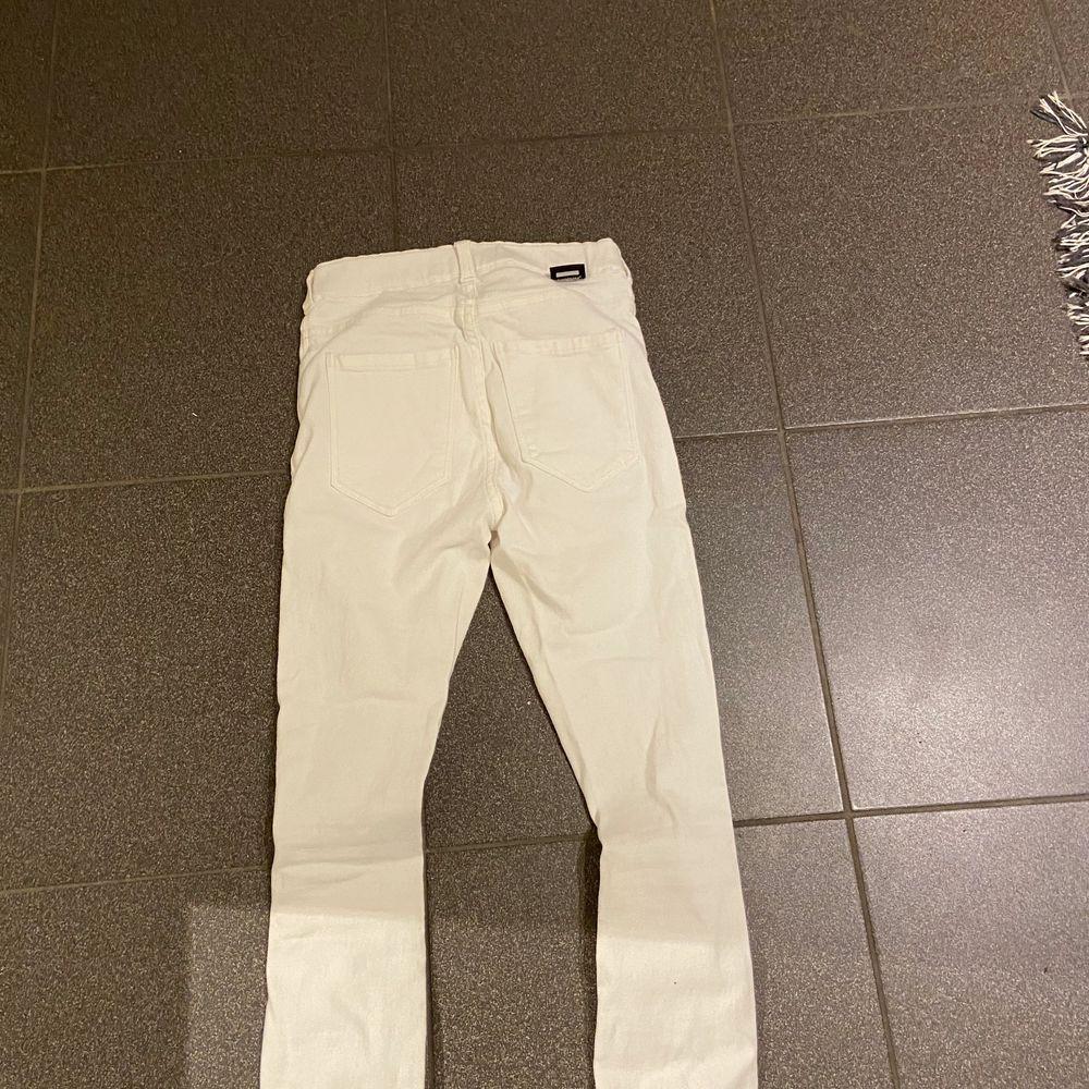 Svinsnygga tighta vita jeans med hål i från dr denim. Passar både till vardags men går också lätt att styla upp. Aldrig använda, endast testade. Storlek xs men är väldigt långa i benen och passar på mig som är 170. Nypris är 500 . (Köparen står för frakten). Jeans & Byxor.