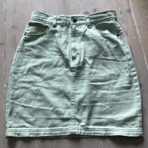 En mintgrön kjol från monki! Knappt använd pga för liten för mig!
