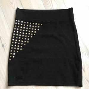 Cool rockig svart festkjol med guldiga nitar. Kort tubkjol sim sitter snyggt och stretchigt. Knappt använd. Perfekt till festen!🎉
