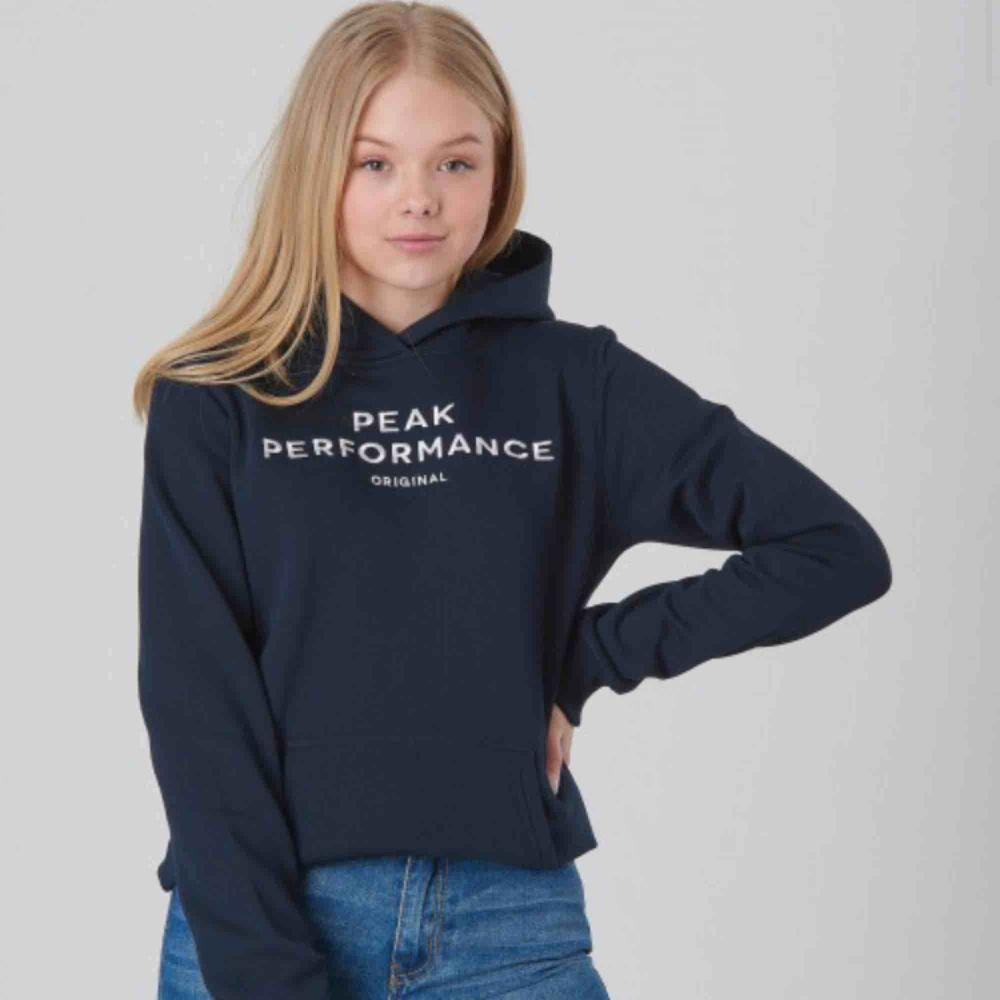 Mörkblå hoddie från peak performance!. Huvtröjor & Träningströjor.