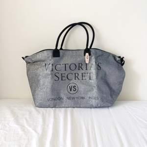 Glittrig, större väska från Victoria's Secret, jättefin och aldrig använd med prislapp kvar. Nypris 99 dollar vilket motsvarar ca 840 kr.