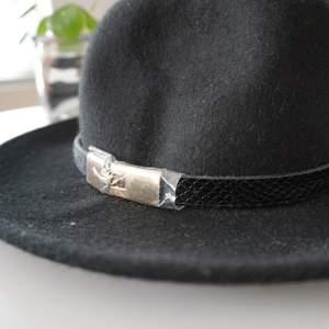 Oanvänd hatt från River Island med gulddetalj. Ordinarie pris 499kr