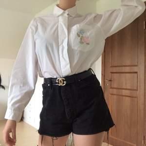 Skjorta med rosbroderier på bröstfickan och över ryggen 🌹🌿 inklusive frakt.