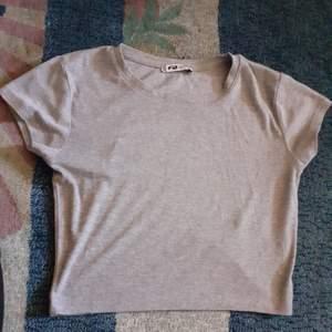 En annan fin magtröja som jag precis hittade i garderoben, tröjan stannar precis under magen samt går den att matcha med nästan allt! Frakt INGÅR redan i priset:)