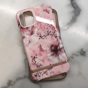 Iphone 11 pro, blommigt mobilskal. bra skick, med siliconsskydd. Köparen står för frakten!
