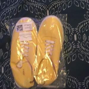 Ett par jättesnygga ljusgula sneakers, ifrån hm divided i strlk 40. Har aldrig öppnat förpackn eller provats på. Skriv privat om du vill ha bilder på skorna utanför förpackningen. Frakten är en del av priset. Pris går att diskutera vid snabbt köp:)