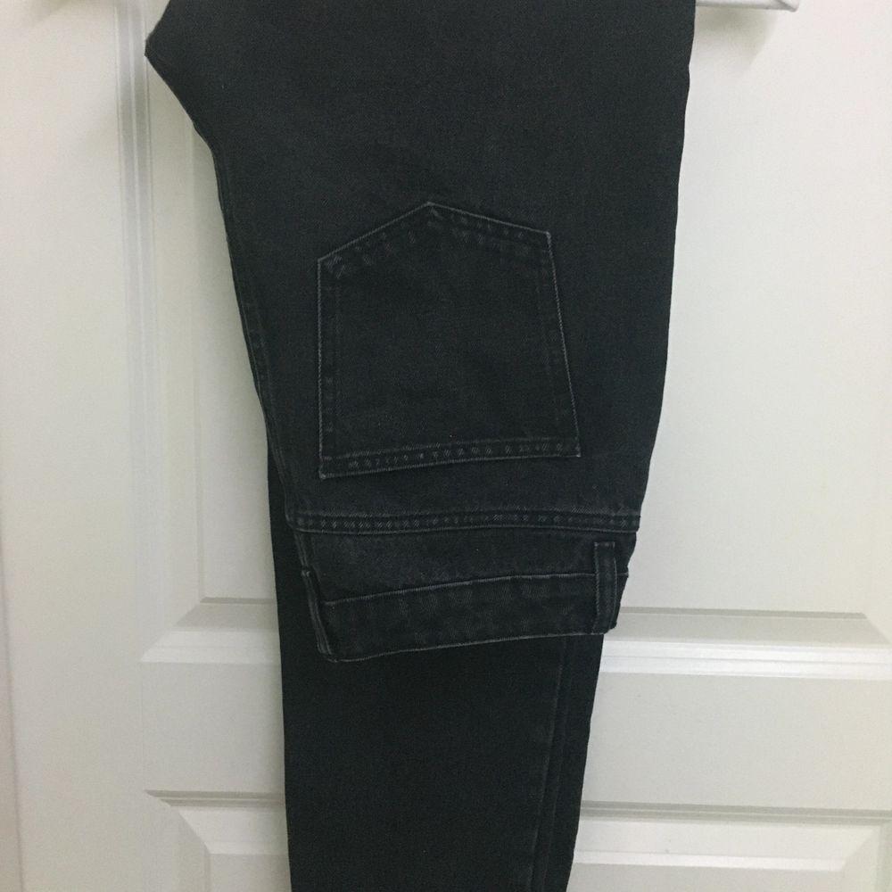 Säljer för att storleken inte passar, använda ett fåtal gånger. Inget stretch i byxorna . Jeans & Byxor.