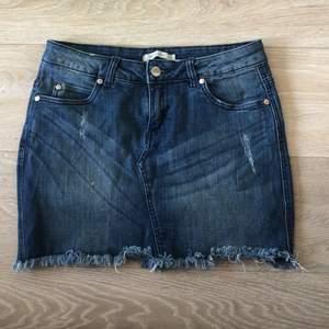 Kort stretchig jeans kjol. Bra skick. Köpt på Nelly.