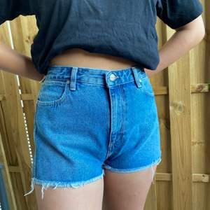 Helt nya shorts i det populära märket Wrangler, säljs pga att de är för stora. W27 motsvarar storlek M. Köpta för 450kr så skynda fynda!!