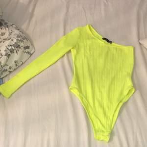 En cool neon tröja med en arm från boohoo i stl S