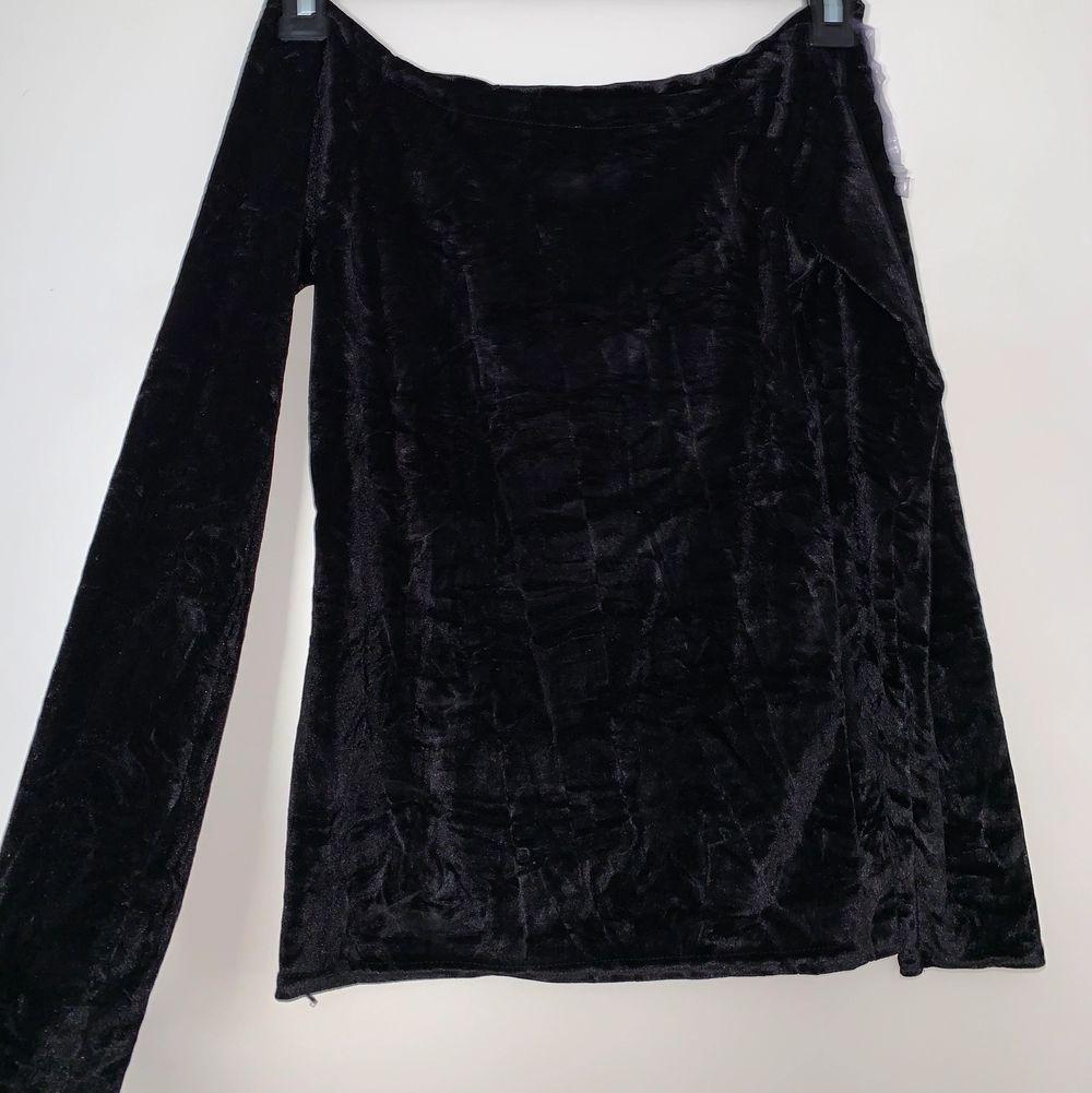 Svart långärmad velvet tröja. Hämtas upp eller fraktas. Köparen står för frakt. Frakten ligger på ca 40kr. Skicka privat för bättre bild.. Tröjor & Koftor.