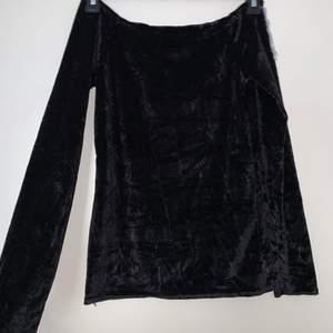Svart långärmad velvet tröja. Hämtas upp eller fraktas. Köparen står för frakt. Frakten ligger på ca 40kr. Skicka privat för bättre bild.