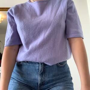 En mjuk och söt lila tröja från Wera!💕 Tyvärr lite noppig, därför är priset nedsatt. Frakt ingår ej i priset!💕