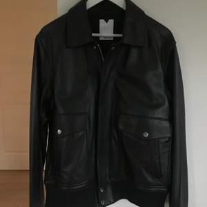 Säljer Frank leather jacket från the visual clothing project. Storlek L, jag är 170cm och den sitter over sized på mig😊 Den är helt oanvänd, bor i Stockholm annars står köparen för frakten☺️ vid snabb och smidig affär kan priset sänkas. Nypris: 2800