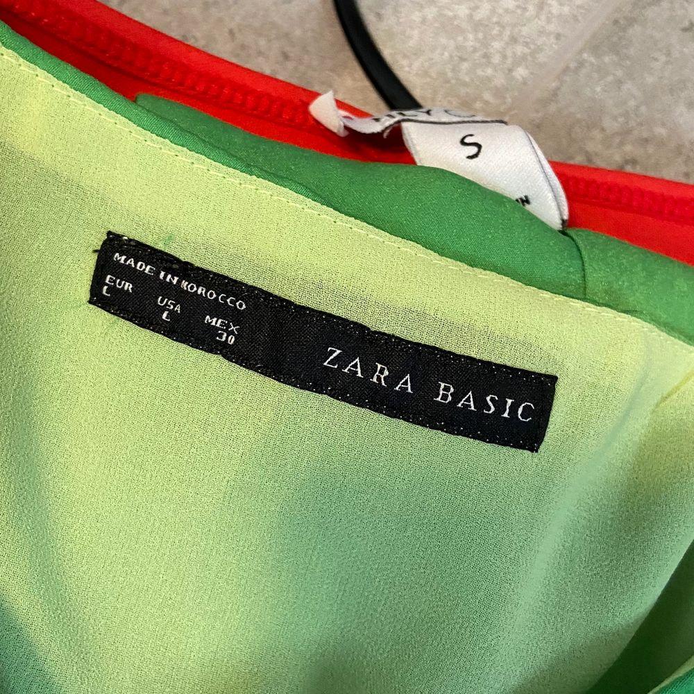 Grön klänning från Zara Basic. Klänningen är i storlek L men passar även M.. Klänningar.
