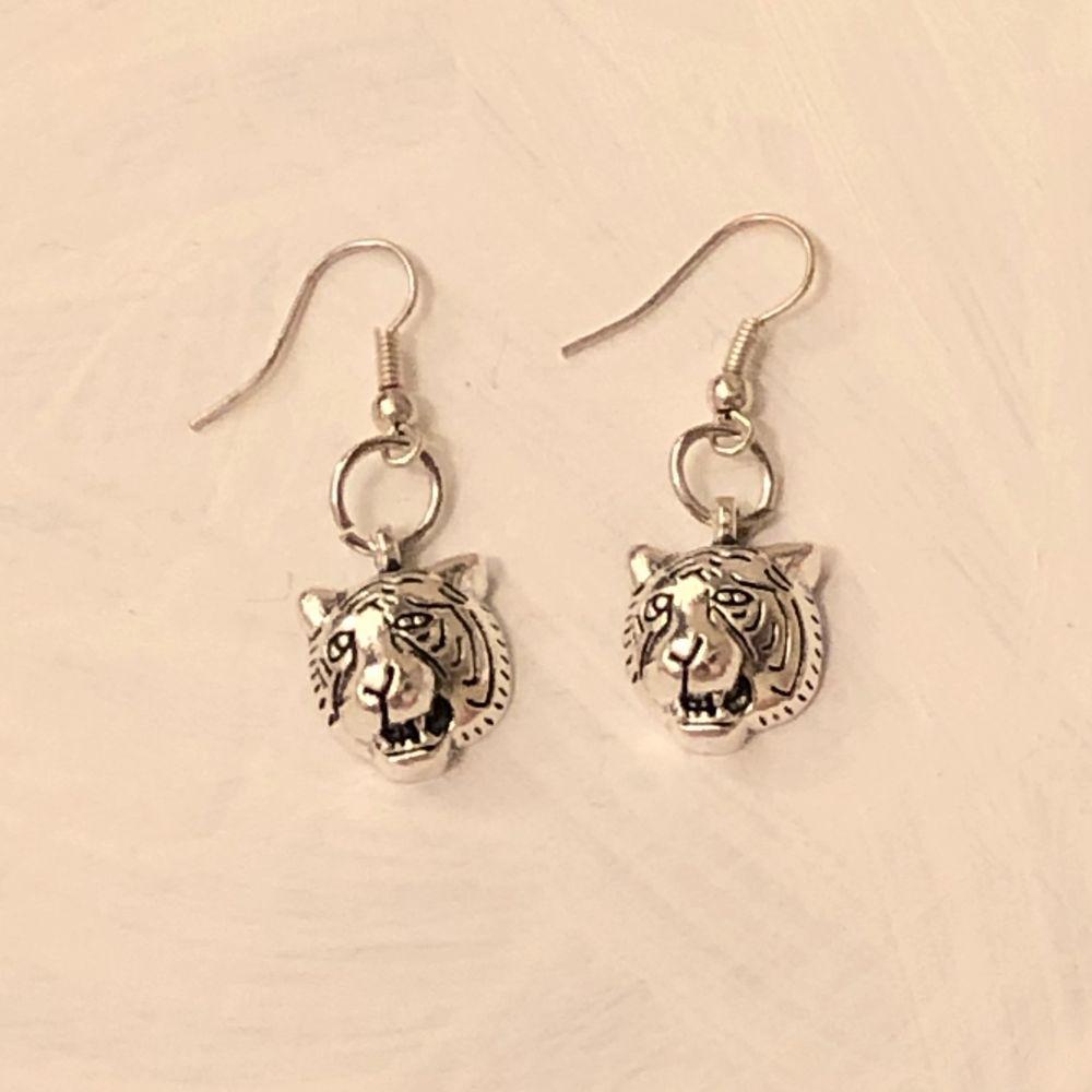 INTE ÄKTA SILVER! Handgjorda örhängen. Köparen står för frakten (11 kr). ✨💕. Accessoarer.