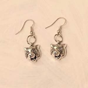 INTE ÄKTA SILVER! Handgjorda örhängen. Köparen står för frakten (11 kr). ✨💕