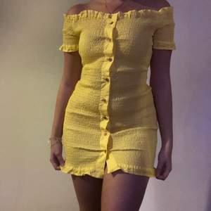 Super söt klänning från prettylittlethings, använt 1 gång så bra skick. Frakt ingår i pris