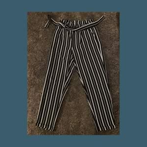 Vit/ marinblå randiga byxor med knytning🤍💙 använda ett fåtal gånger, bra skick! Storlek: XS pris: 60kr +frakt🚚