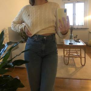 Snygg vit kabelstickad tröja från Ralph Lauren! Super bra skick förutom en liten fläck på framsidan men det syns knappt 🌟 storlek medium men passar mig lite oversized