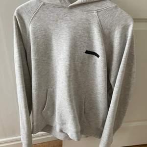 Säljer denna skit sköna hoodien pågrund av att jag inte använder den längre, den är lite stor i stl