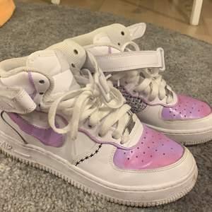 Grymma skor säljes! Använda ytterst lite! Skorna är målade med färg för läderskor så de är vattentätt! Inga skador! Säljes då de inte används längre tyvärr! Skorna är 37,5 men passar mig med 38! Högsta bud får dom och budat är budat! Frakten kostar 66kr spårbart och betalas av köpare!