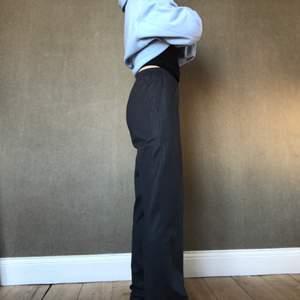 Mörkgråa kostymbyxor med resår i midjan, kommer tyvärr inte till användning:)