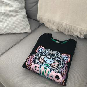 Kenzo tröja i jättebra skick! Storlek XS, använd fåtal gånger. Säljes pga av att jag fick den av mitt ex. Skickad med spårbar frakt om inte annat önskas. OBS! Köparen står för frakten, billigare vid snabb affär.