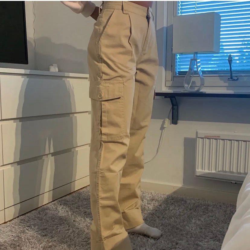 Säljer mina helt nya och oanvända cargo byxor! Lapp och plast finns kvar!!❤️ storlek 34 (ganska baggy överallt och alldeles för stora för mig, därav säljer jag dem). Jeans & Byxor.