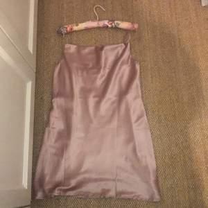Aldrig använd, prislappen kvar. Silkes rose rosa färg. Kort längd. Märket är blossom men tror jag beställde den från princess polly. Storleken är size 8 (amerikansk storlek)