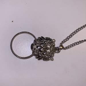 Halsband i silver från glitter, oanvänt och väljer att sälja de😋de är ett lejon med en ring i munnen, supercoolt att matcha till trendiga kläder❤️köpt för 99kr
