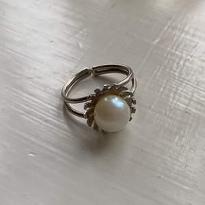 Silverring med stor pärla (inte äkta skulle jag tro) köpt på vintagebutik. Justerbar så passa alla händer