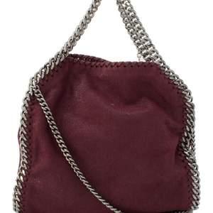 Intressekoll på min vinröda/Burgundy färgade Stella McCartney väska i den mindre modellen falabella! Högsta budet nu:4000