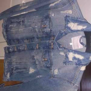 Jeansjacka från zara med slitningar aldrig använd köpte för 600kr