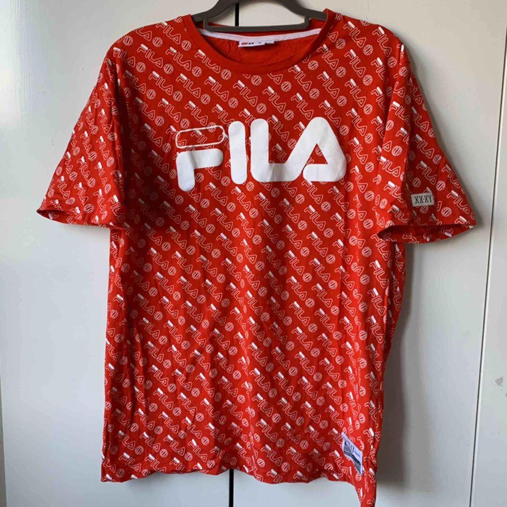 Fila tröja i en super fin röd färg med ett häftigt tryck, köpt för lite mer än ett år sedan för 499kr. Endast använt en handful gånger, därmed strålande skick! :). T-shirts.