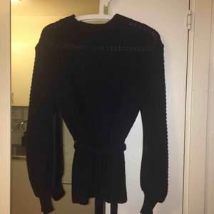 Marinblå tröja från Indiska med knyte i midja (är avtagbart). Jag upplever den något större i storlek, jag är i vanliga fall M/L. 60% Viskos och 40% bomull.  Kan mötas upp alt. skicka.