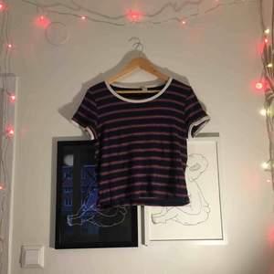 Megamysig t-shirt från H&M i stretchigt tyg. Marinblåa, röda och vita ränder med vita detaljer🤍 Kan mötas upp i Sthlm eller skicka (frakt ej inkl)! Kram
