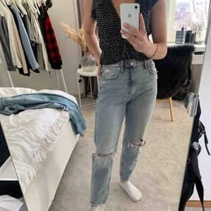 Momjeans från Zara i en så fin ljus färg/tvätt, inte alls för blå som vissa jeans kan bli🥴 Frakt tillkommer📦