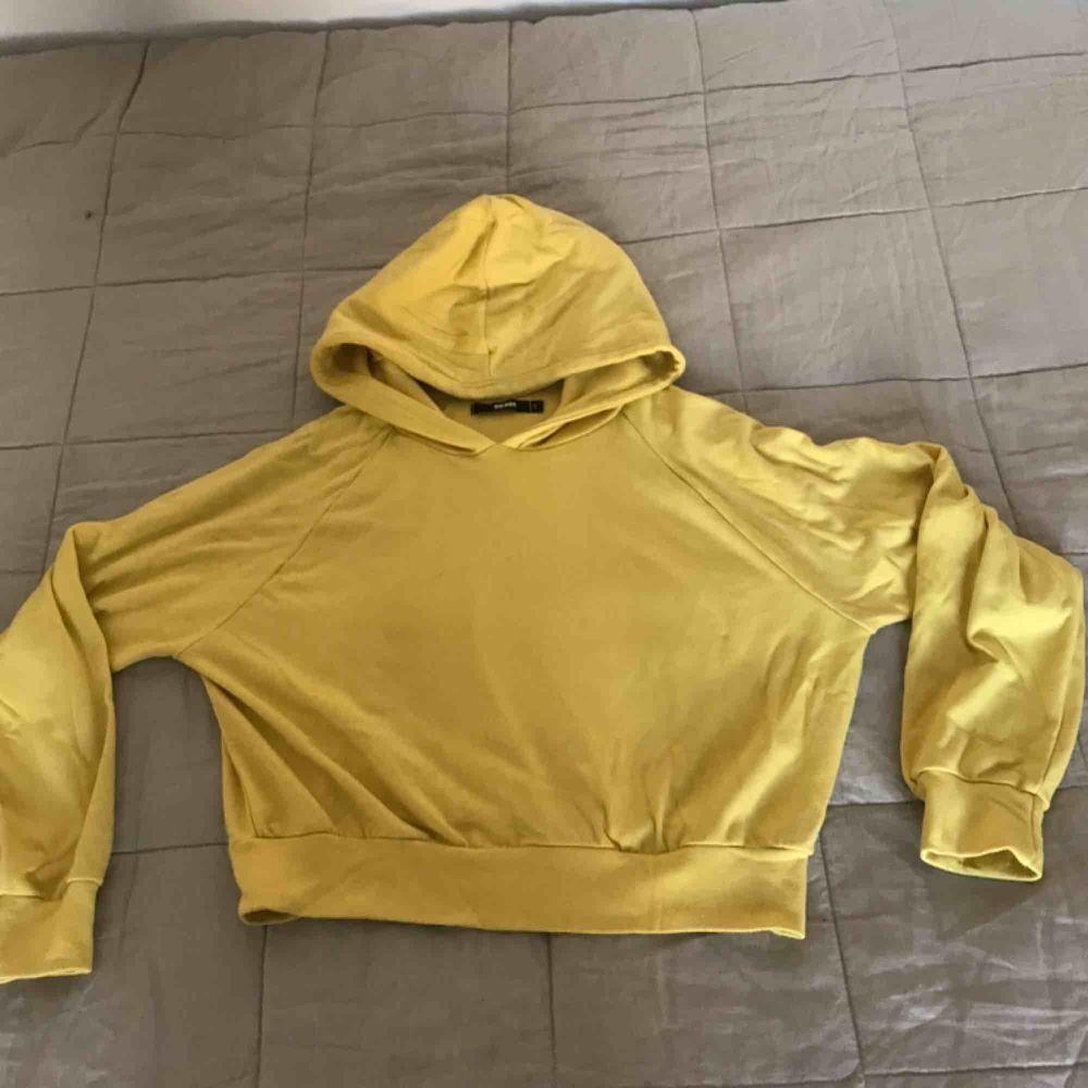 Gul lite croppad hoodie från bikbok, knappt använd🤗. Huvtröjor & Träningströjor.