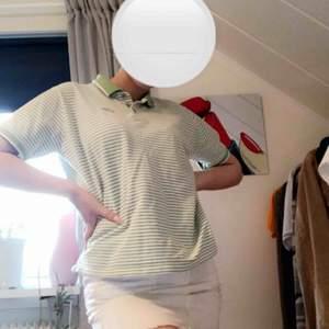 Cool grön och vit randig piké t-shirt! Köpt på secondhand. Frakt tillkommer men går även att möta upp!🥰💙